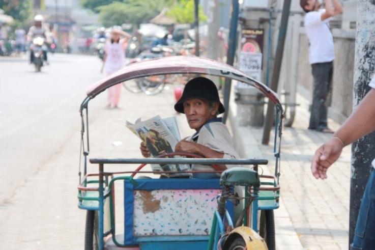 lecture dans un Becak