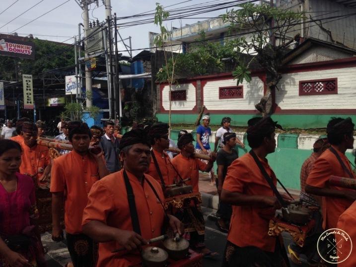 Ceremonie en pleine rue a Bali